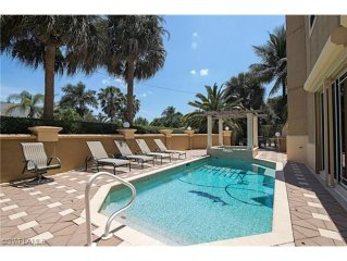 5 Bedroom Home, Easy Walk To The Beach, Very Private Pool Setting