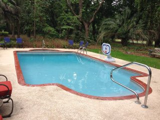 IMMACULATE BEACH HOME, PEACEFUL POOL, GOLF COURSE & JUST OVER 1Mi. TO BEACH!