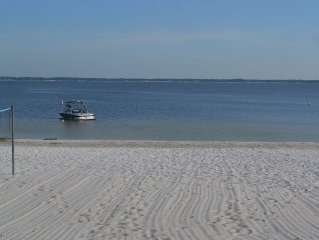 Adorable cottage on white sand beach, only 10 minutes to The Villages
