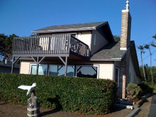 Ocean View 4 Bedroom only a 100 yards to the Beach! Hot Tub, WiFi, Pool table