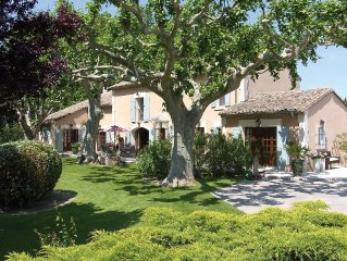 Authentic Provençal renovated MAS with enclosed park and heated swimming pool