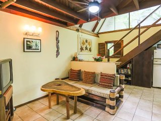 Tropical house with shared pool in Manuel Antonio. Quiet area, 10 mins to beach