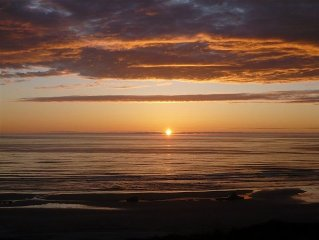 'American Classic' **BEACHFRONT** Historic Nye Beach - BEST LOCATION - 3BR Home