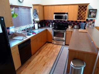 March Madness! Big Sky 3br/3ba Rent 6, Get 1 Free + Hot Tub, WiFi