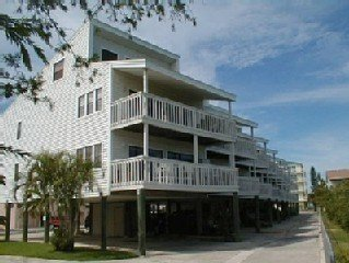 Cozy Condo with Pool Nestled Along Intercoastal Waterway. Beach Access., vacation rental in Indian Shores