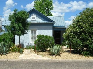 Austinite Marfa: Beautiful Minimalist Adobe, Walk to Downtown