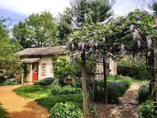 Wisteria Cottage - Couples Retreat, Cozy, Convenient, Quiet, Pet Friendly
