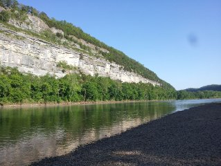 Beautiful 3 Bedroom Cabin backing up on the White River
