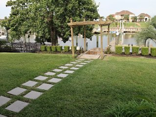 Waterfront Retreat On A Deep Water Canal! Ideal For Snow Birds & Families Alike.