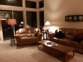 Upscale Creekside Town House - Super Comfortable and Dog Friendly too!