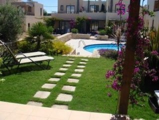 Beautiful house in quiet location with shared pool, minutes from the beach..