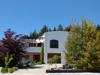Stunning views in luxury Wanaka home - 5 minute walk to lakeside & restaurants!