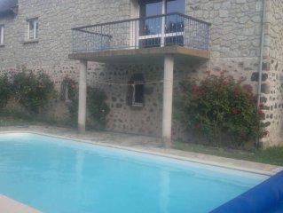 maison avec piscine toute equipee dans le Cantal