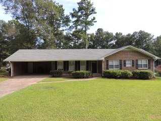 Family-friendly Home Close to Uga Campus and 5 Points Area; UGA Games Available