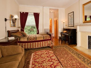 Lovely deluxe studio with queen bed near Lincoln Center with piano!