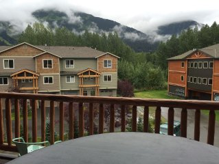 2BD/2BA condo in Girdwood with Mtn views and hottub