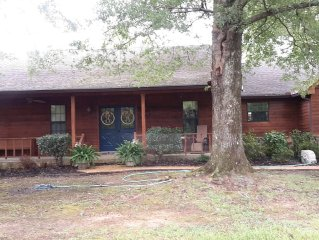 Private spacious 4 bedroom home within minutes to Oxford Square and Ole Miss