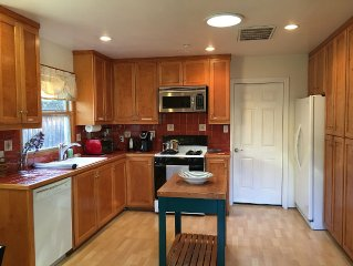 Quiet and Relaxing 2BR 1BA Guest House in Great Neighborhood with a Backyard
