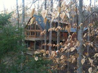 Stunning,huge,log cabin walk-LAKE/RIVER,BEACH,pets,waterfall, hiking, snow ski!