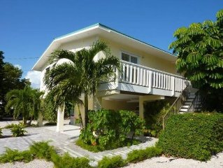 Sombrero Beach House: 50' Dock, Pool, BBQ, Bicycles & more!