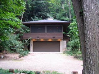 'River Groove'  A Modern Dwelling in the woods . Desirable location in Saugatuck