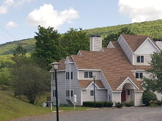 Crystal pond 3 BR(including a loft), 2 bath, shuttle to Windham ski slope