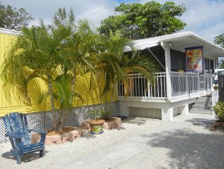 Tropical, Cozy, & Fun Vacation Home on a clean private Gulf Swimming Canal!