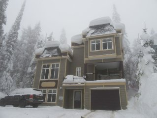 Deluxe 4 Bed Home with Hot Tub On The Knoll - Sleeps 10