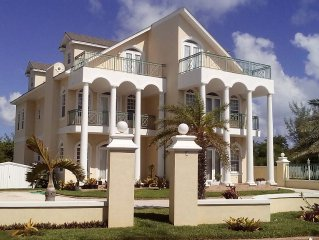 OCEANSPRAY!!! OPULENT BEACH HOUSE WITH POOL IN THE HEART OF THE BAHAMAS