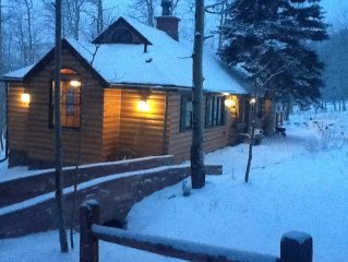 DISCOUNT Oct, Nov, Dec —Enchanting 4 bdr log cabin on  wooded lot with free wifi