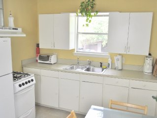 Studio cottage with queen bed - cute and cheap! Great location!
