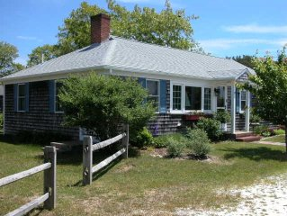 Adorable large Cottage minutes from the Beach