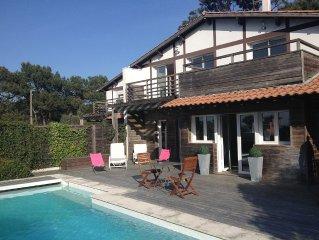 Villa contemporaine, 5 chambres, vue bassin, plage trottoir en face, piscine