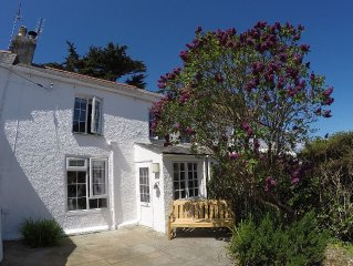 Charming cottage in Crantock Village, 5 minutes walk from stunning beach