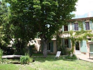 La campagne à la ville : En centre-ville d'Aix en Provence, vaste maison de cara