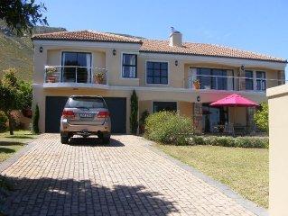 Vrijstaand luxe familihuis met schitterend berg- en zeezicht, met prive zwembad.