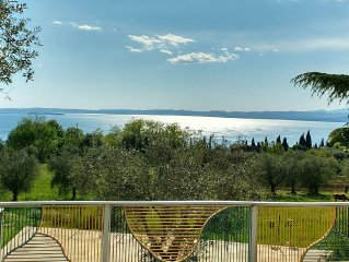 Apartment with a panoramic view of Lake Garda