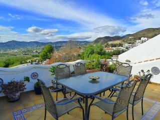 Spacious 2 bedroom, 2 bathroom apartment with superb views of mountains and sea