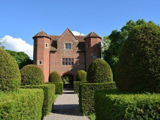 Stunning and Historic Grade 1 Elizabethan Gatehouse. Luxury four poster beds.