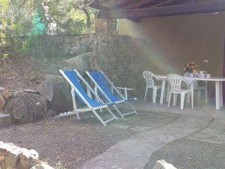 Rilassantissimo villino con ampio giardino, 300 m.dal mare, con amache e bici.