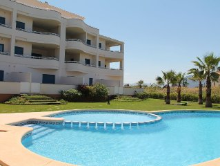 Beachside new luxury apartment with sea & mountain views, great location & Wi-FI