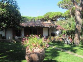 OFFERTA LAST MINUTE, Incantevole Villa con giardino privato a due passi dal mare