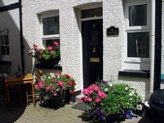 Bird's Nest is a Fisherman's Cottage in Looe seconds from beach.