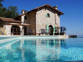 Panorama und infinity pool, in Siena Provinz südlich von Montepulciano & Pienza