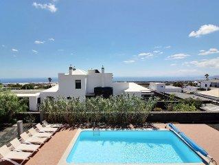 Luxury villa  avec piscine chauffee privee, WIFI, vues sur la mer et les volcans