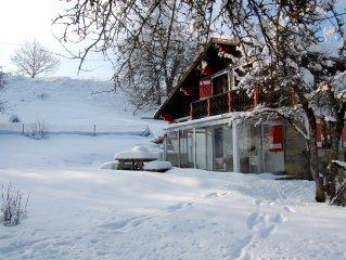 Chalet typique,ses volets rouges et blancs proche Megève, St Gervais, Chamonix