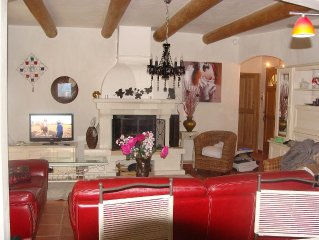 A recent country house, a short stroll from the path of the Ocres de Roussillon
