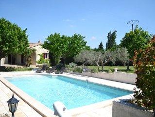 Villa au ceour des Alpilles avec piscine et grand jardin, pour 10 personnes.