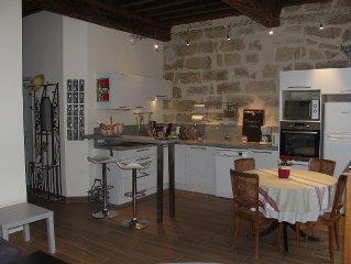 PEZENAS CENTRE HISTORIQUE Appart. caractere : 2 chambres et sejour-cuisine