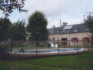 Gîte dans longère en pierre rénovée, piscine chauffée, 6 personnes